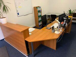 Schreibtisch mit Tresenanbau, Rollcontainer, Regal, Aktenvernichter, PC+Monitor