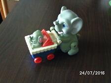 netter Elefant mit Baby läuft mit Batterie