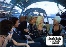ANNIE BELLE - ZUR LIEBE GEBOREN: 1 Aushangfoto  (Erotik, Sex, Busen) -3-