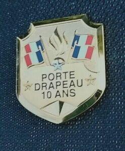 Insigne Porte Drapeau 10 ans. en Métal. Modèle ordonnance.