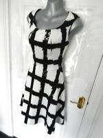 PEPPERBERRY Size 10 CURVY Black White Stretchy Skater Dress Side Zip Lined