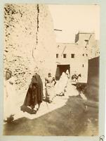 Algérie, Sidi Okba, ruelle typique, vue animée, femmes voilées  Vintage citrate