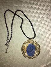 Azul con drusa Cuarzo Colgante en Tono Oro Con Cordón Negro, 20.000 CT.