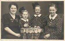 Foto AK Hübsche Mädchen im feinen Kleid Geschwister Schwestern 1941