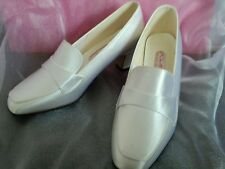 WHITE SATIN BRIDESMAID COMMUNION FORMAL PARTY SHOES SIZE 4.5 .