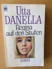 Regina auf den Stufen von  Uta Danella