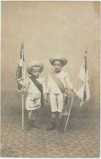 67) SAVERNE : Carte-Photo de deux jeunes garçons au drapeau par A. Bockmann