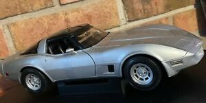 1982 CHEVROLET CORVETTE COUPE SIVER BY WELLY 1:18 BRAND NEW IN BOX