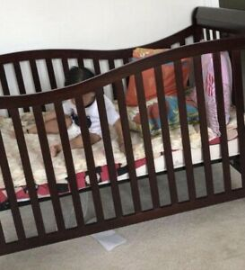 Dream On Me Violet 7 in 1 Crib with mattress and bedsheet and comforter set