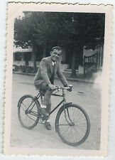 PHOTO ANCIENNE - GARÇON VÉLO CYCLISTE - BOY BIKE RESTAURANT -  Vintage Snapshot