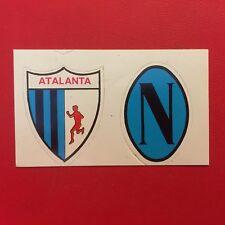 ATALANTA NAPOLI 2 SCUDETTO BADGE Ed. ??? Anni 70 (NEW) Figurina Calcio + velina