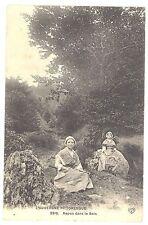 CPA L'Auvergne Pittoresque - 2310. Repos dans le bois - Animée - Jeunes femmes