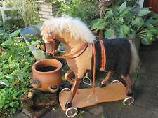 antikes großes Schaukelpferd mit echtem Ponyfell auf Rädern ca. 1920