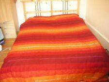 Couvre-lits rouges sans marque
