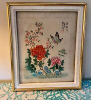 Peinture sur soie japonisante signée, à décor de Fleurs et papillon