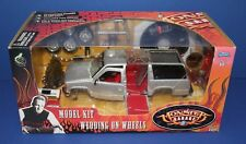 Muscle Machines Monster Garage 82328 Wedding on Wheels Chevy SUV metal Kit 1:24