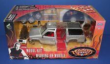 Muscle Machines Monster Garage 82328 Wedding on Wheels Chevy SUV metal Kit 1:24