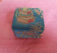 Scatola in Seta e raso blu e rosso con disegno e ricamo Giapponese Vintage