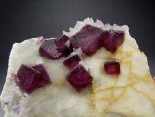 Rosavioletter Fluorit auf Muttergestein, China