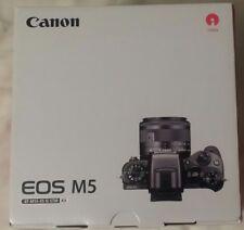 Canon EOS M5 con obiettivo 15-45mm