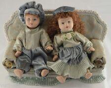 coppia LUI & LEI BAMBOLE PORCELLANA su DIVANO - dolls house casa bambola - nuovo