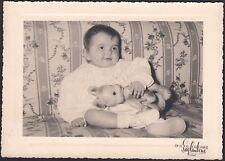 YZ0739 Bimba sul divano - Fotografia d'epoca - Old photo - Saglimbene - Torino