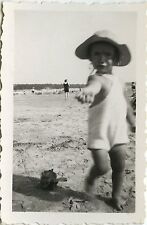 PHOTO ANCIENNE - VINTAGE SNAPSHOT - ENFANT PLAGE JOUET MODE CHAPEAU -CHILD BEACH