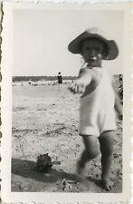 PHOTO ANCIENNE - VINTAGE SNAPSHOT - ENFANT PLAGE JOUET MODE CHAPEAU -CHILD BEACH