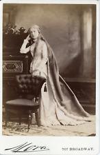 Mora, Broadway, N.Y., Femme en costume médiéval, Mme E Cooper, ca.1885, Vintage