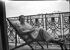 Jeune femme robe de chambre balcon - Ancien négatif photo an. 1930