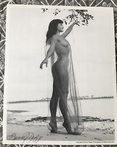 BETTIE PAGE  BUNNY YEAGER AUTHENTIC 8 X 10  PHOTO SIGNED  BUNNY YEAGER ESTATE C