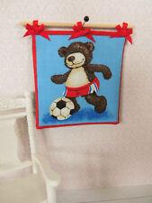 BÄREN-WANDBEHANG,Bär spielt Fußball,Kinderzimmer,Puppenstube 1:12 Teddy Bild
