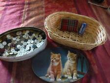 les chatsancienne boite fer + ,boutons,  vannerie  pour rangerdentelles et fils
