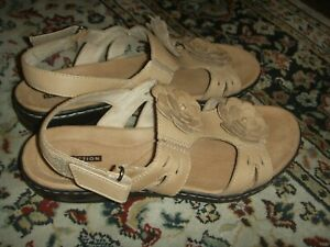 Clarks Collection T-Strap Flower Sandals Ankle Strap Tan Womens Size 7.5W
