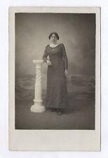 CARTE PHOTO Décor Toile peinte Postcard RPPC 1930 Femme Colonne Mode Robe Bijou