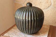 Pot couvert en bronze décor godron signé CHRISTIAN DE BEAUMONT DIFFUSION ref 679