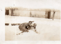 DR389 Photographie Photo vintage Snapshot homme man neige snow hiver winter joue