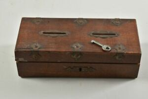 g22w36- Kleine Holzschatulle als zweigeteilte Spardose, mit Schlüssel