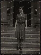 Foto-Stuttgart-Portrait-Frau-Kleid-Cute-German-Woman-Lady-Dress-Gebäude-1930er-1