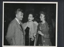RITA HAYWORTH + DOROTHY LAMOUR + CHARLES VIDOR CANDID - 1948 VINTAGE PHOTO
