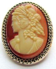 broche bijou vintage couleur or camée résine buste de femme beige bordeaux 5157
