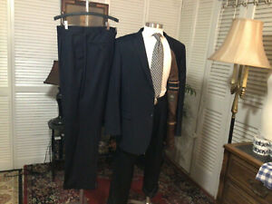 CARAVELLI ITALY NAVY PINSTRIPED MENS 2 PIECE SUIT SIZE: 46L  PANTS: 40x34   #B-3