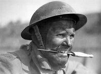 WW2 Photo WWII British Commando with Dagger Fairbairn-Sykes World War Two / 1210