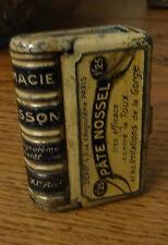 Boite tôle lithographiée trompe l'oeil livre pâte Nossel pharmacie Collesson Par