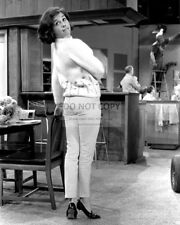 """MARY TYLER MOORE ON THE SET OF """"THE DICK VAN DYKE SHOW"""" - 8X10 PHOTO (ZY-785)"""