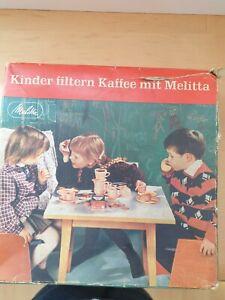 Kinder filtern Kaffee mit Melitta Puppengeschirr