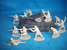 Classic Toy Soldiers WWII German PZIV tank and set of 12 Italian Infantry