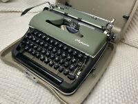 1954 Olympia De Luxe SM-3 Antique Portable Typewriter with Case in Mint Cond.