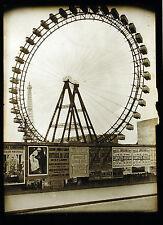 Grande roue à Paris, Tour Eiffel en arrière plan  affiches en 1er Plan vers 1900