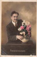CPA. photo d'Art  -anniversaire - jeune homme et des fleurs -